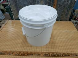 2 Gallon Food Grade White Bucket with Gamma Seal Lid Install